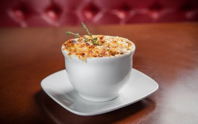 Sopa de cebola com queijo gradinado e massa folhada